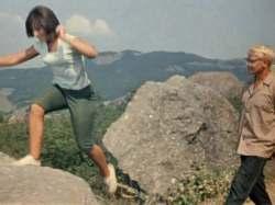 Прыжок на камень перед танцем - кадр из фильма